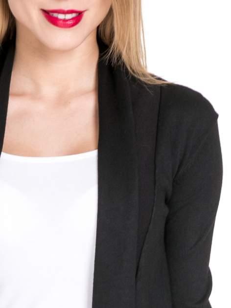 Czarny otwarty sweter narzutka z dłuższym tyłem                                  zdj.                                  5