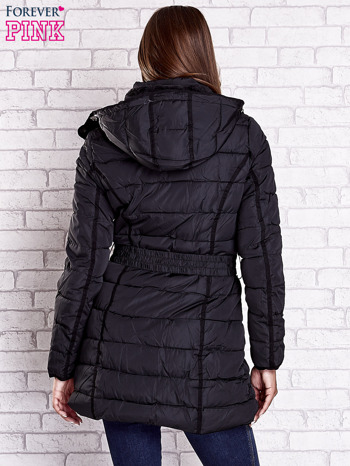 Czarny pikowany płaszcz z paskiem                                  zdj.                                  2