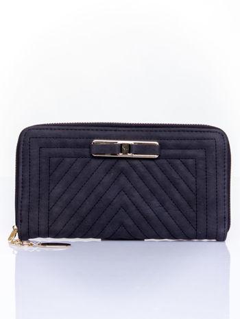 Czarny pikowany portfel z ozdobną klamerką