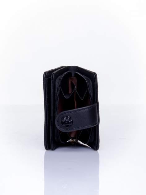Czarny pikowany portfel z ozdobnym zapięciem                                  zdj.                                  4