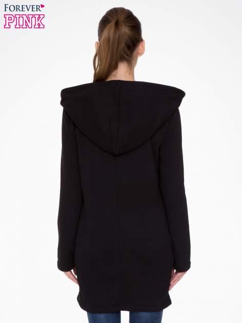 Czarny płaszcz dresowy z asymetrycznymi bokami                                  zdj.                                  4