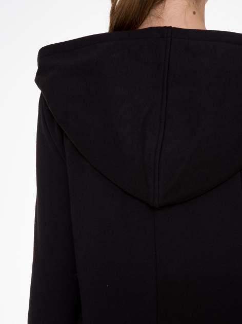 Czarny płaszcz dresowy z asymetrycznymi bokami                                  zdj.                                  9