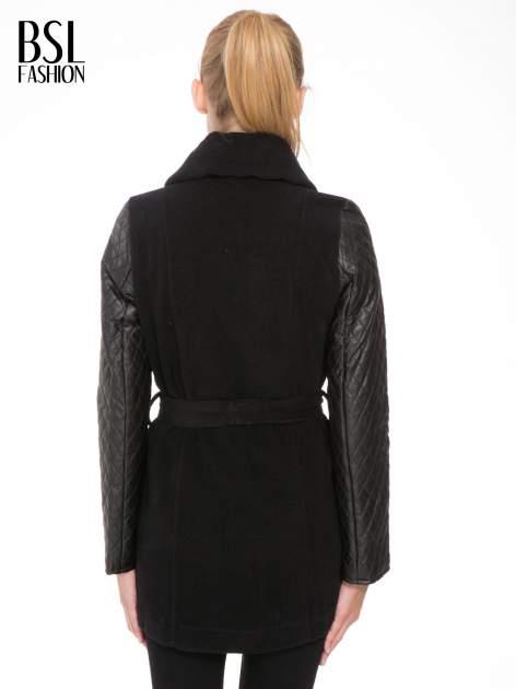 Czarny płaszcz ze skórzanymi pikowanymi rękawami                                  zdj.                                  4