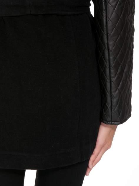 Czarny płaszcz ze skórzanymi pikowanymi rękawami                                  zdj.                                  12