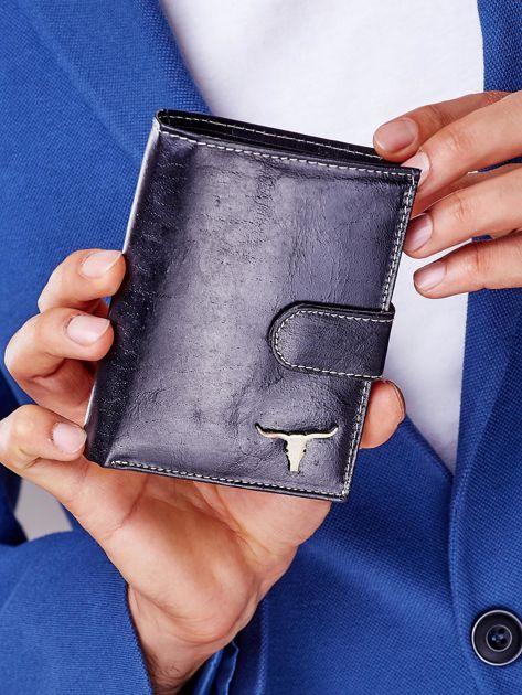 Czarny portfel męski na zatrzask z emblematem                              zdj.                              2