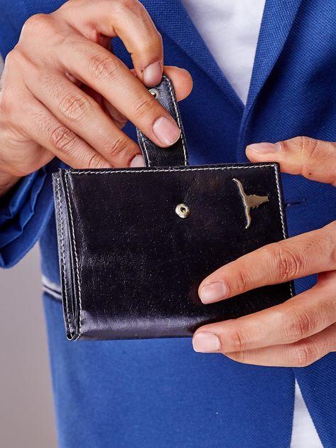 Czarny portfel męski na zatrzask z emblematem                              zdj.                              3