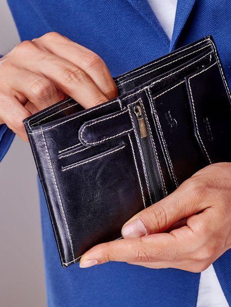 Czarny portfel męski na zatrzask z emblematem                              zdj.                              4