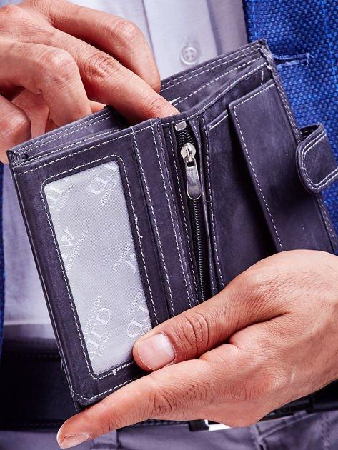 Czarny portfel męski ze skóry naturalnej z tłoczeniem i zapięciem na zatrzask                              zdj.                              3