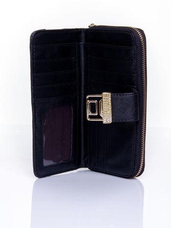 Czarny portfel z ozdobnym zapięciem i złotym uchwytem                                  zdj.                                  4