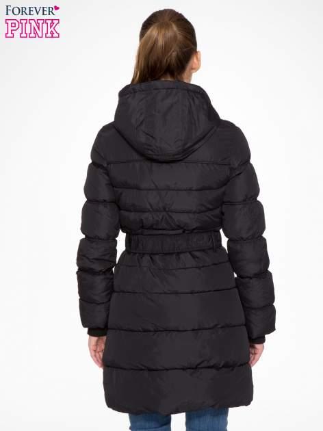 Czarny puchowy płaszcz zapinany na pasek z klamrą                                  zdj.                                  4