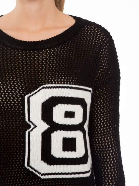 Czarny siatkowy sweter z nadrukiem numerycznym                                  zdj.                                  5
