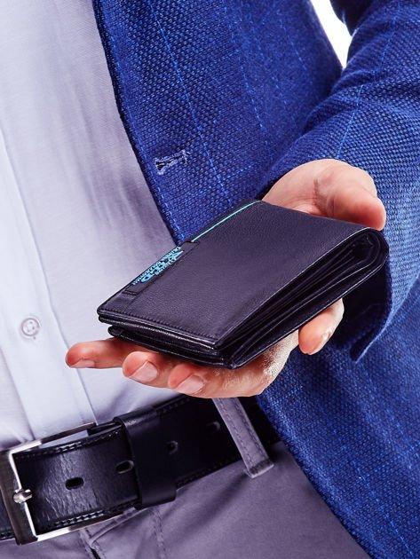 Czarny skórzany portfel dla mężczyzny z niebieskim emblematem                              zdj.                              3