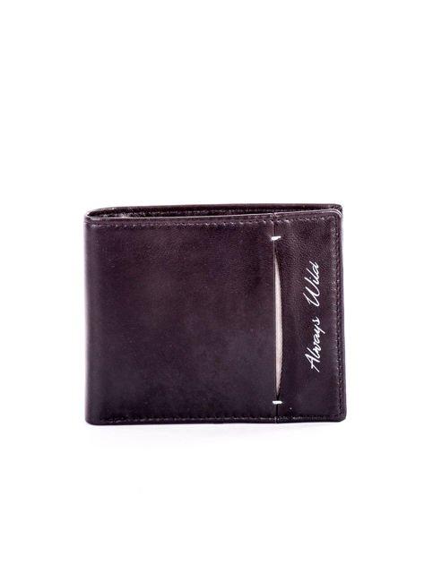 Czarny skórzany portfel męski z rozcięciem i napisem