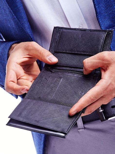 Czarny skórzany portfel męski z wytłoczeniem                              zdj.                              4