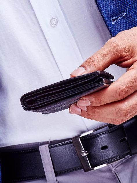 Czarny skórzany portfel męski z wytłoczeniem                              zdj.                              5