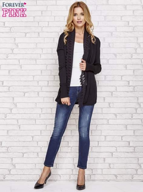 Czarny sweter kardigan z ażurowym przodem                                  zdj.                                  2