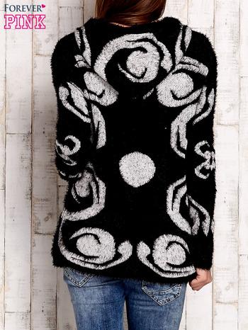 Czarny sweter long hair z ornamentowym motywem                                  zdj.                                  2