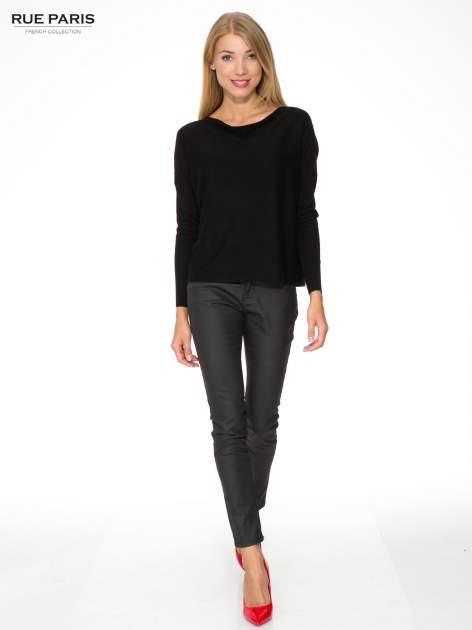 Czarny sweter o nietoperzowym kroju z cekinową aplikacją na rękawach                                  zdj.                                  2