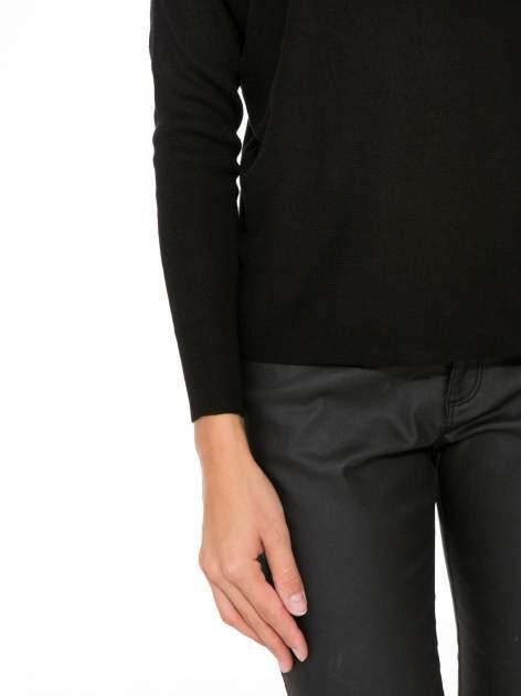 Czarny sweter o nietoperzowym kroju z cekinową aplikacją na rękawach                                  zdj.                                  6