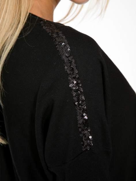 Czarny sweter o nietoperzowym kroju z cekinową aplikacją na rękawach                                  zdj.                                  8