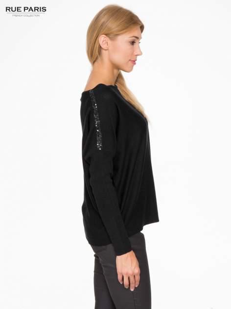 Czarny sweter o nietoperzowym kroju z cekinową aplikacją na rękawach                                  zdj.                                  3