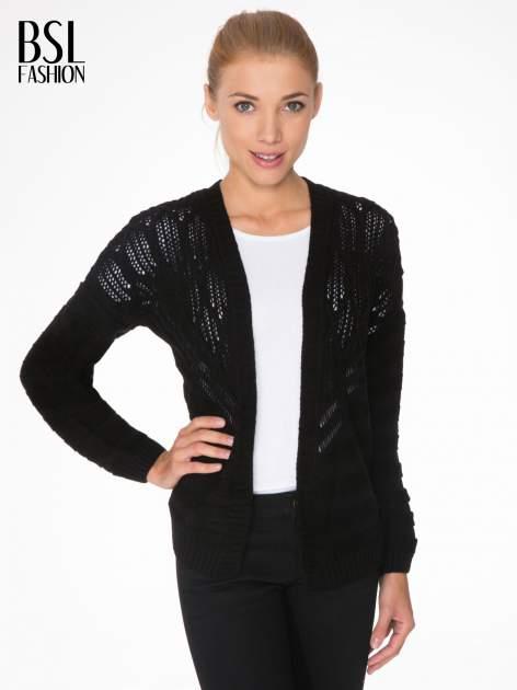 Czarny sweter typu kardigan z ozdobnym ażurowym spoltem                                  zdj.                                  1