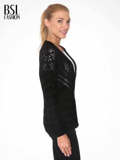 Czarny sweter typu kardigan z ozdobnym ażurowym spoltem                                  zdj.                                  3