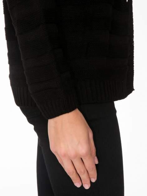 Czarny sweter typu kardigan z ozdobnym ażurowym spoltem                                  zdj.                                  5