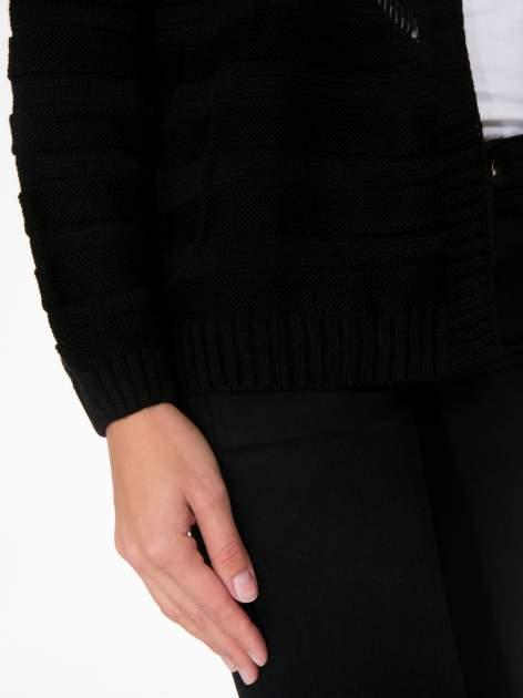 Czarny sweter typu kardigan z ozdobnym ażurowym spoltem                                  zdj.                                  7