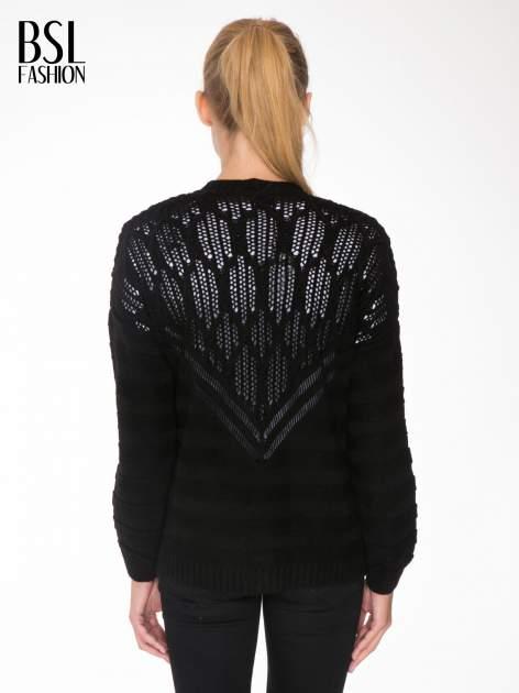 Czarny sweter typu kardigan z ozdobnym ażurowym spoltem                                  zdj.                                  4