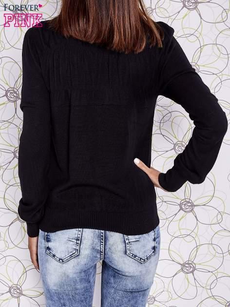 Czarny sweter z aplikacją i kokardą przy dekolcie                                  zdj.                                  4