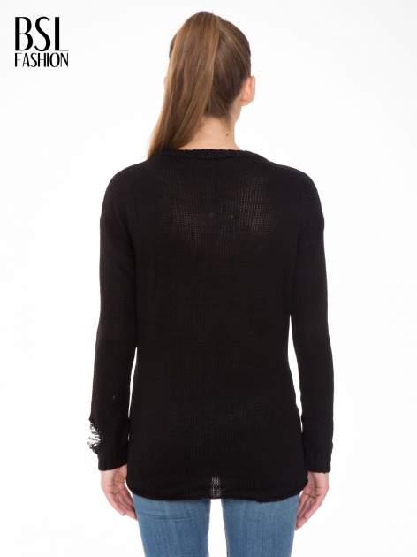 Czarny sweter z jelonkiem i efektem destroyed                                  zdj.                                  4