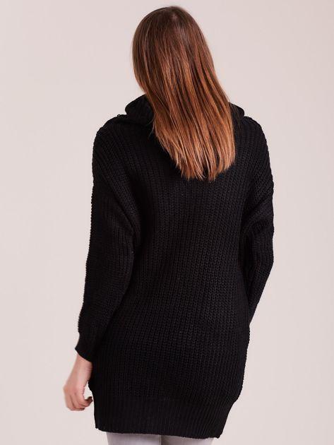 Czarny sweter z luźnym golfem                              zdj.                              2