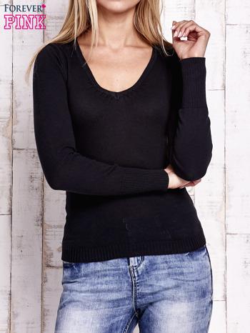 Czarny sweter z trójkątnym dekoltem                                  zdj.                                  1