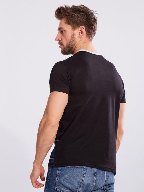 Czarny t-shirt dla mężczyzny z printem                              zdj.                              2