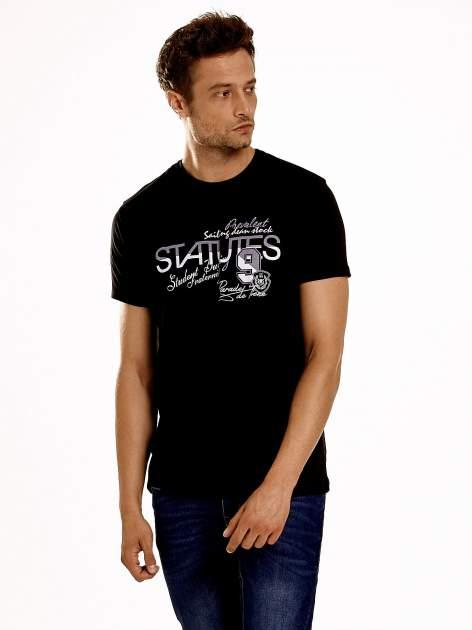 Czarny t-shirt męski z nadrukiem napisów i cyfrą 9                                  zdj.                                  2
