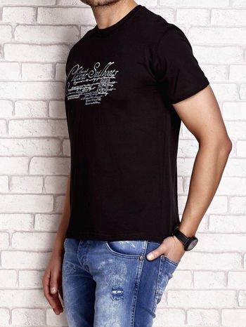 Czarny t-shirt męski z napisami i liczbą 83                                  zdj.                                  3