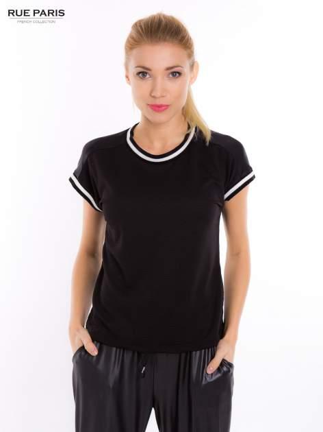Czarny t-shirt w stylu tenis chic                                  zdj.                                  5