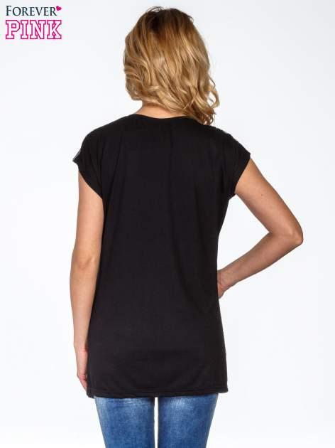 Czarny t-shirt we wzór etniczny                                  zdj.                                  4