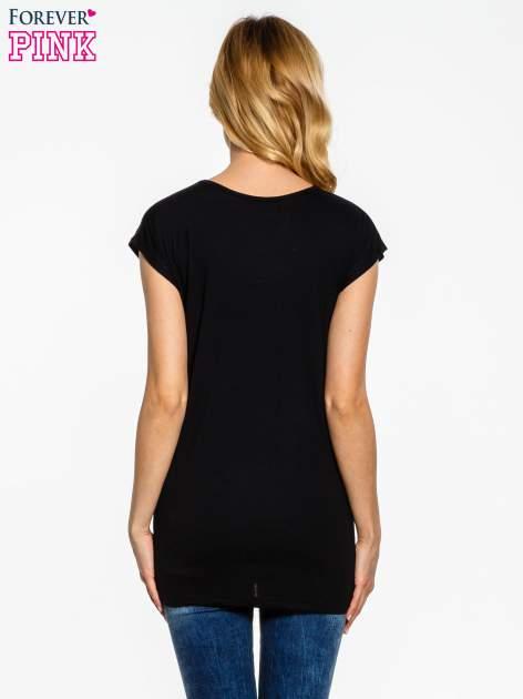 Czarny t-shirt z aplikacją na dekolcie                                  zdj.                                  4