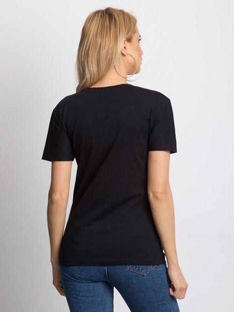 Czarny t-shirt z ażurowymi kółeczkami i napisem                              zdj.                              2
