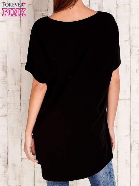 Czarny t-shirt z biżuteryjnym napisem AMORE                                  zdj.                                  4