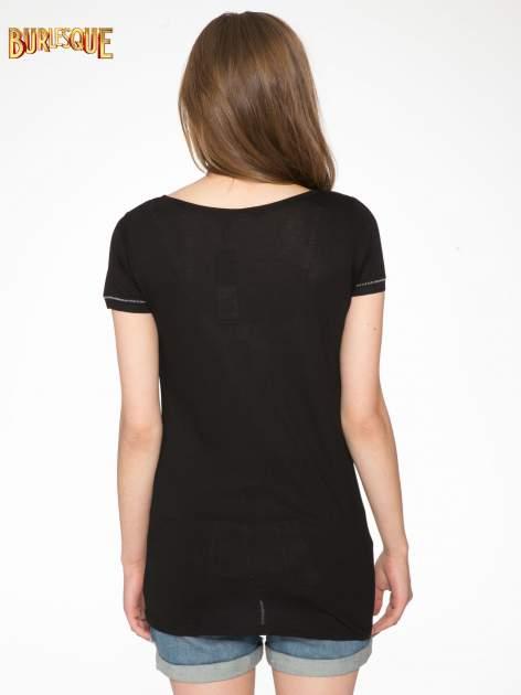 Czarny t-shirt z błyszczącym numerem 1983                                  zdj.                                  4