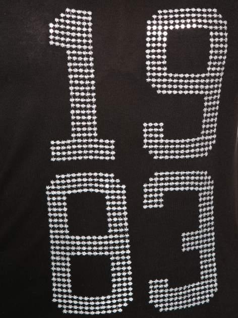Czarny t-shirt z błyszczącym numerem 1983                                  zdj.                                  6