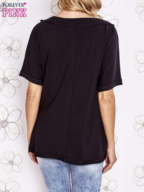 Czarny t-shirt z dekoltem w łódkę                                  zdj.                                  4