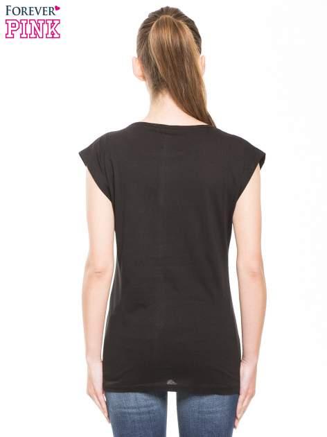 Czarny t-shirt z hipsterskim nadrukiem                                  zdj.                                  2