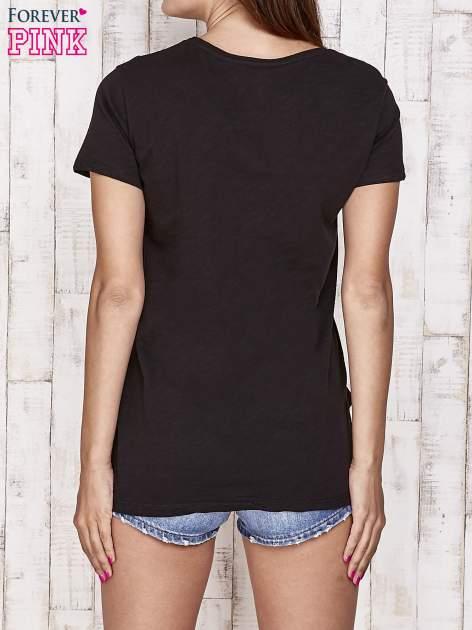 Czarny t-shirt z kolorowymi naszywkami i napisem                                  zdj.                                  4