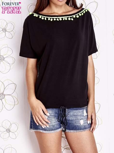 Czarny t-shirt z kolorowymi pomponikami przy dekolcie                                  zdj.                                  1