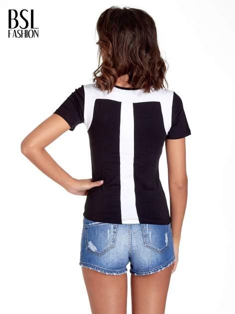 Czarny t-shirt z kontrastowym panelem na plecach                                  zdj.                                  4