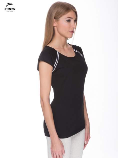 Czarny t-shirt z kontrastowym przeszyciem przy rękawach                                  zdj.                                  3